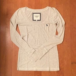 abercrombie and fitch long sleeved light gray top